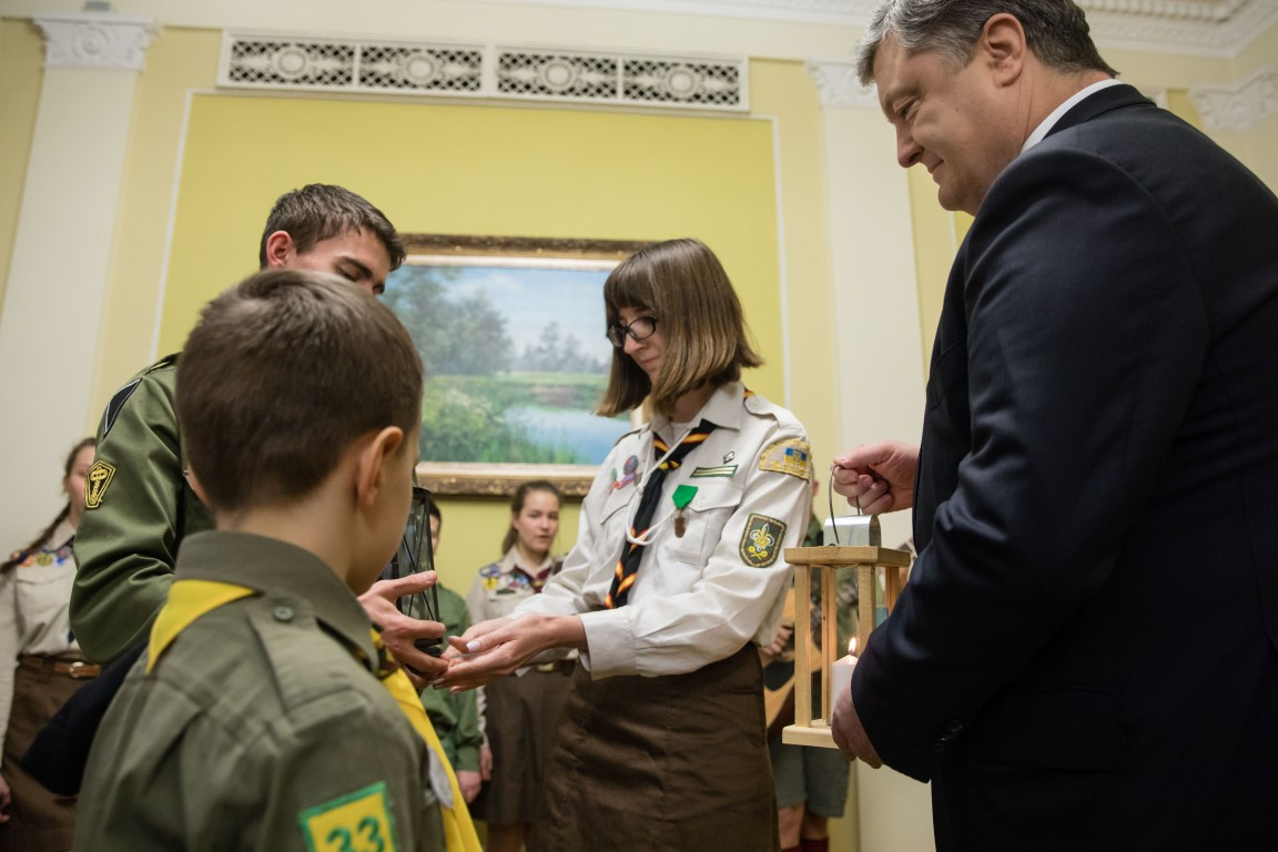 Пластуни другий рік поспіль передали Президенту України Петру Порошенку Вифлеємський Вогонь Миру