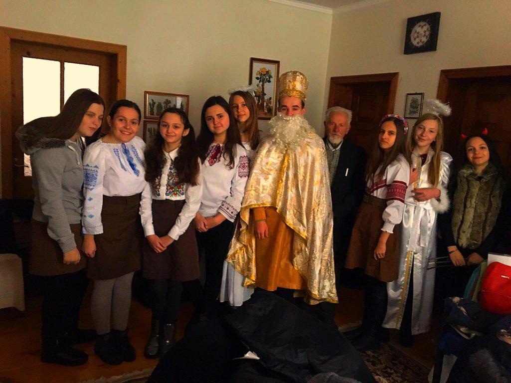 Пластуни станиці Самбір відвідали з подарунками Самбірську дитячу лікарню і найстаршого пластуна станиці