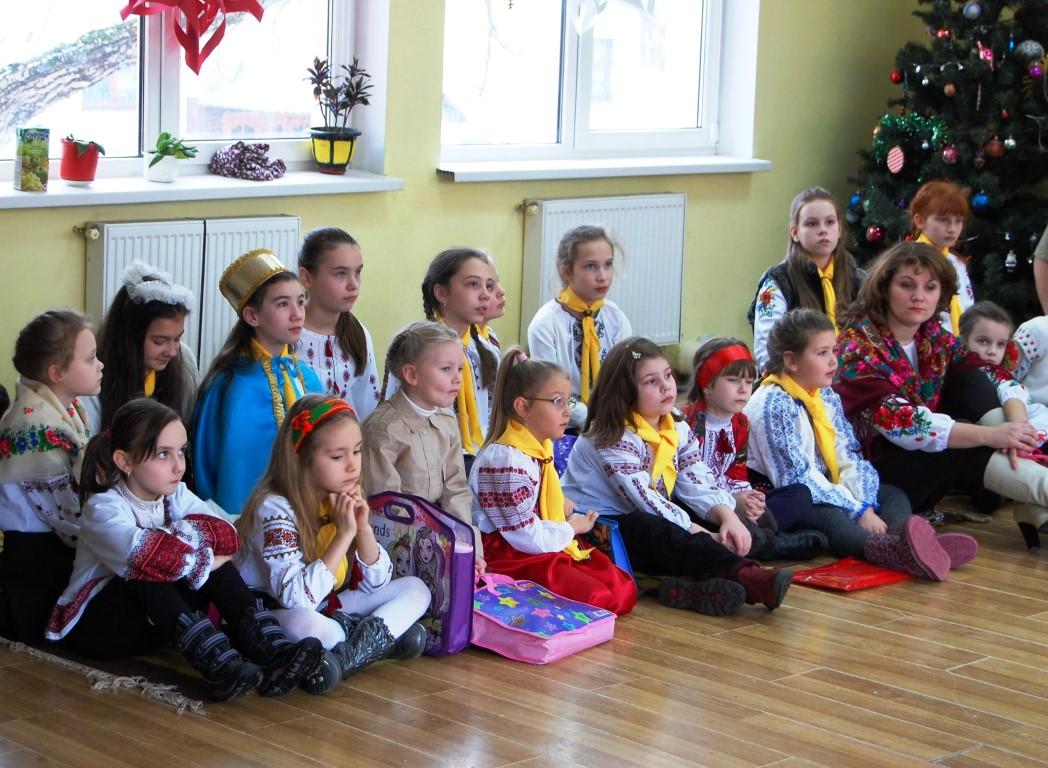 Новацтво станиці Івано-Франківськ заколядувало матері пораненого воїна АТО та передали їй кошти на лікування сина